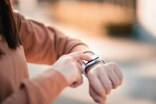 스마트 시계를 사용하는 여성