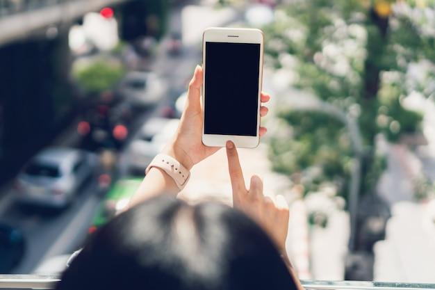 여가 시간 동안 스마트 폰을 사용하는 여자. 전화 사용의 개념.