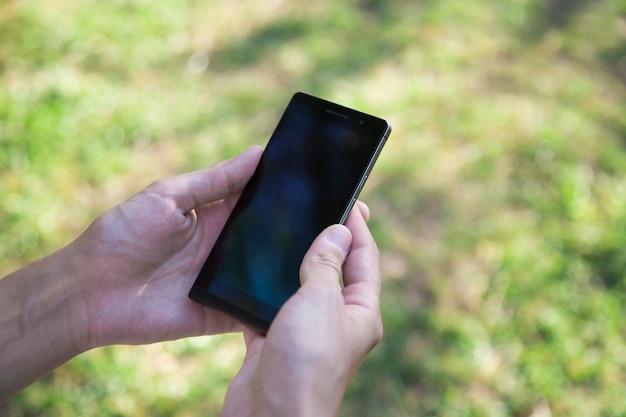 スマートフォン、女性の手、電話を使用する女性