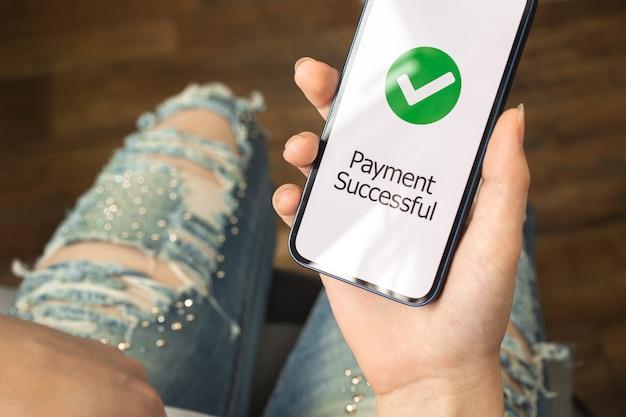 결제 온라인 성공적인 화면, 은행 및 쇼핑 온라인 개념, 구매 개념 사진과 함께 스마트폰을 사용하는 여성