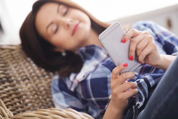 Женщина с помощью смартфона