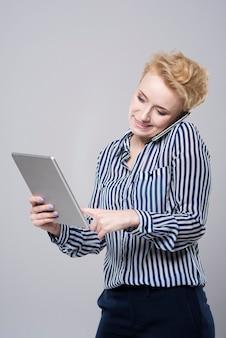 いくつかのモバイル設備を使用している女性
