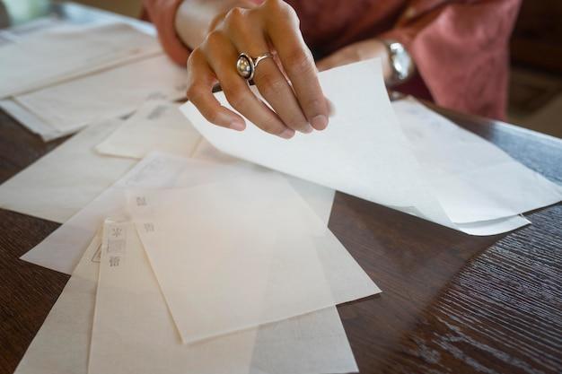 折り紙に特製紙を使う女性