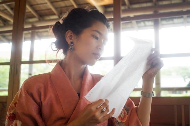 종이 접기를 위해 특수 제작된 종이를 사용하는 여성