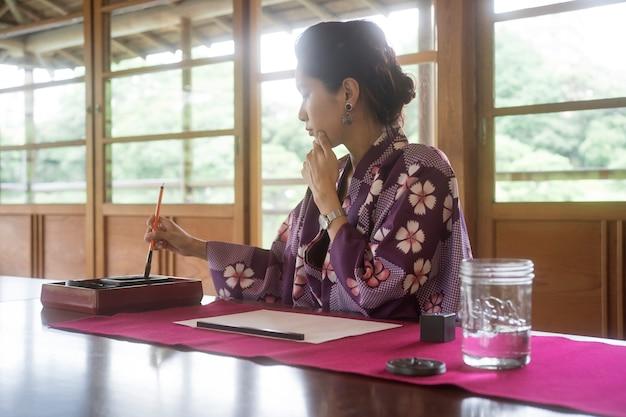 Женщина использует специальные принадлежности для японского искусства