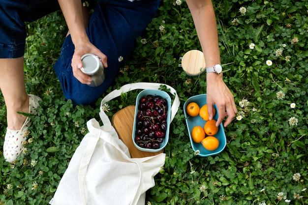 食品に持続可能なレシピエントを使用している女性