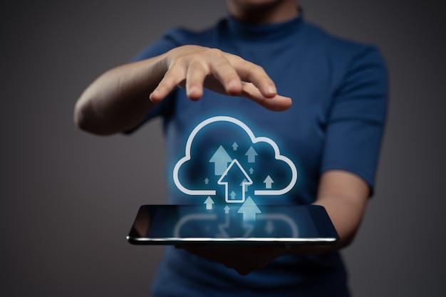 Женщина с помощью планшета для загрузки с эффектом голограммы значок облака