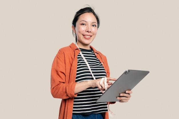 태블릿을 사용하는 여성