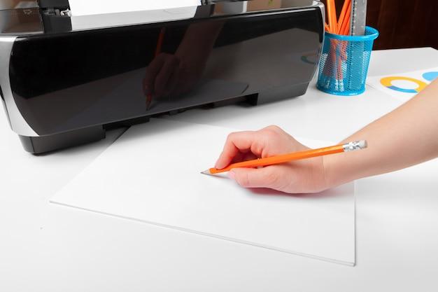 Женщина с помощью принтера для сканирования и печати документа