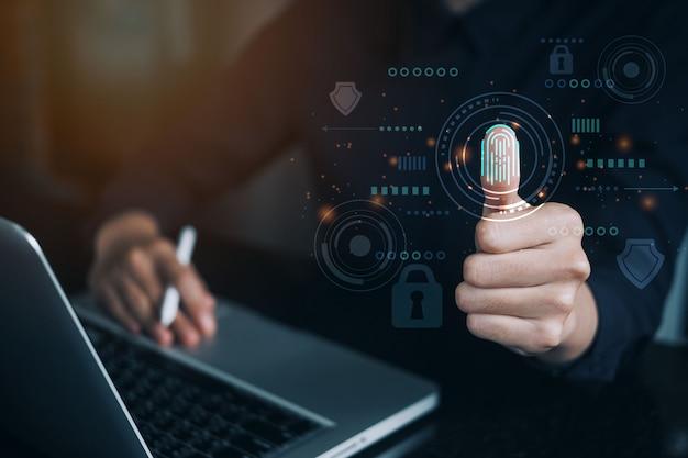 Женщина использует большой палец для сканирования отпечатка пальца с виртуальной защитой и ключом для доступа к биометрическим данным с помощью пароля ввода или сканера отпечатков пальцев для системы безопасности доступа, концепция футуристической технологии.