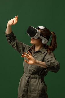 Donna che utilizza occhiali per realtà virtuale