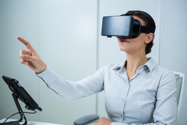 仮想現実のヘッドセットを使用している女性