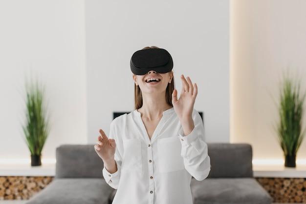 Женщина, использующая гарнитуру виртуальной реальности