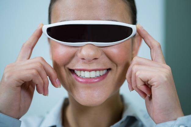 仮想ビデオ眼鏡を使用している女性