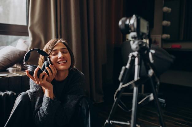 Женщина-видеоблог снимает новый видеоблог для своего канала
