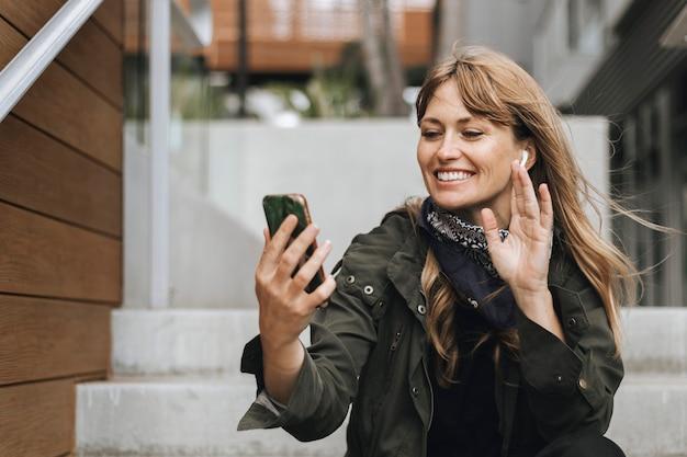 コロナウイルス検疫中の女性のビデオ通話