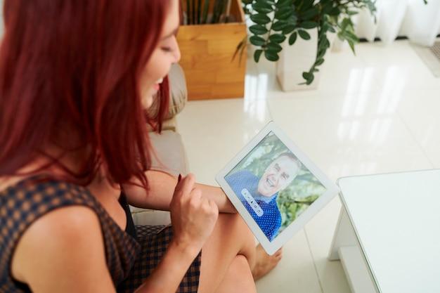 Женщина видео звонит своему деду