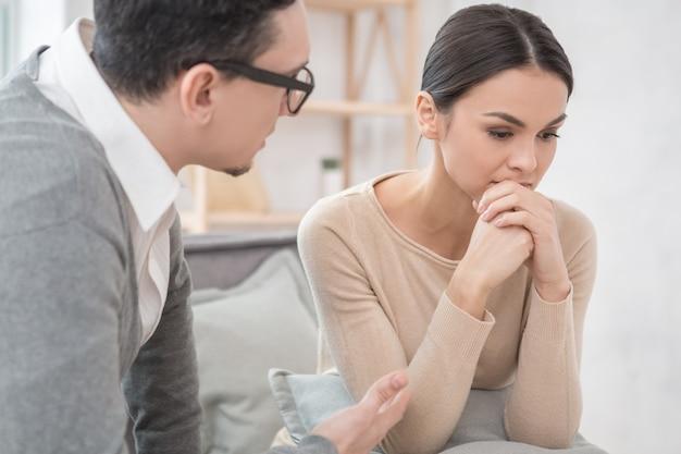 Женщина посещает психолога на консультации по уходу за здоровьем