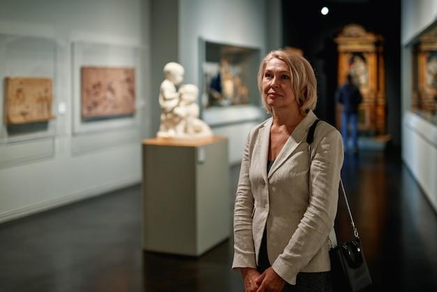 アート ギャラリーを訪れる女性のライフ スタイル コンセプト