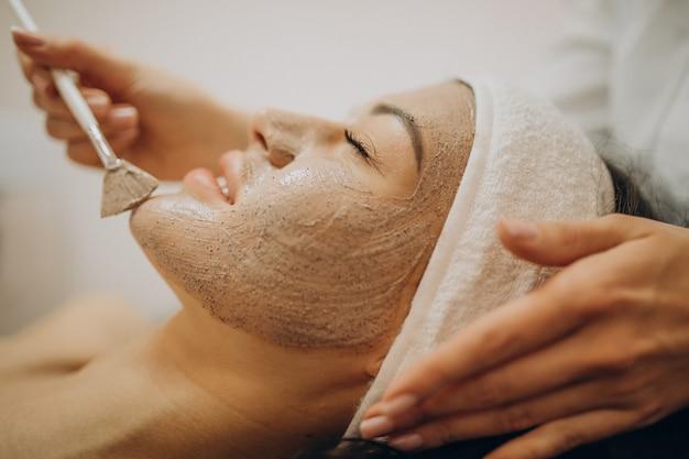Женщина посещает косметолога и делает процедуры омоложения