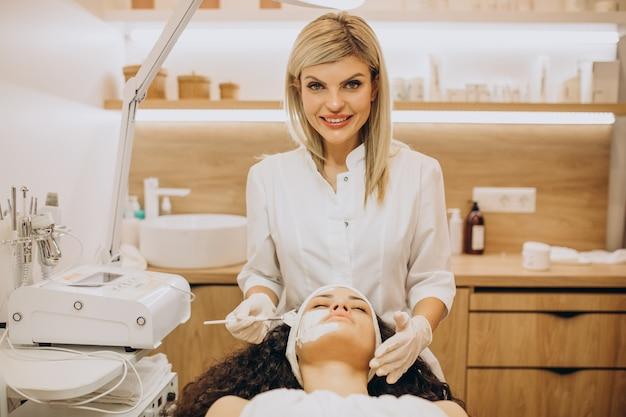 Donna in visita cosmetologo e rendendo le procedure di ringiovanimento