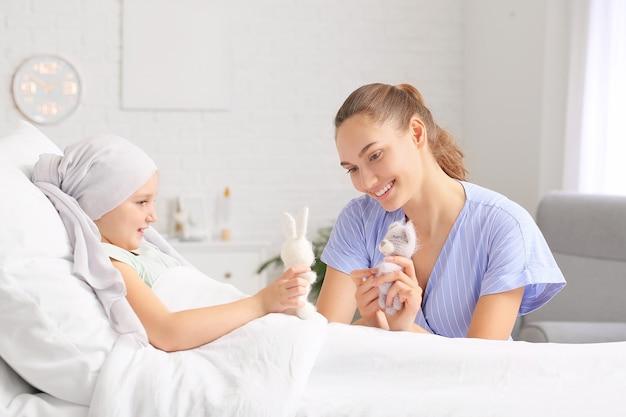 병원에서 화학 요법을 받고있는 딸을 방문하는 여성.