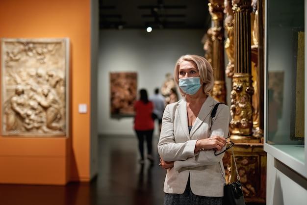 Woman visiting museum wearing an antivirus mask