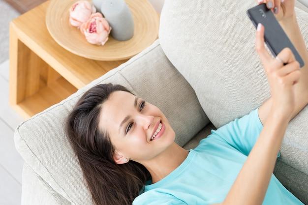 Женщина влоггинг телефон социальная сеть общение