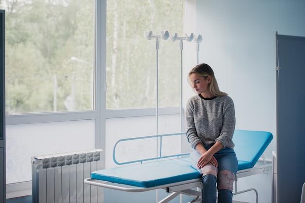Женщина ждет врача в больнице