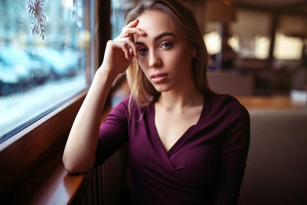 コーヒーショップで待っている女性