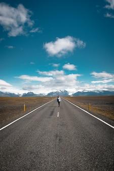 アイスランドを一人で歩く女性道は空っぽ