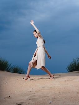 女性はビーチに沿って歩く砂熱帯ライフスタイルファッション