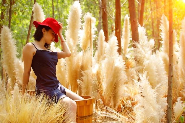 夏の春に美しい色のファンタジーフラワードリーム白いフィールドを歩く女性