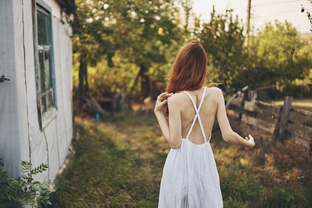 フィールドで歩く女性自然のライフスタイル