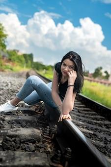線路を歩く女性、夏のライフスタイル旅行