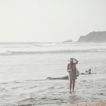 Женщина, идущая вдоль побережья в коста-рике