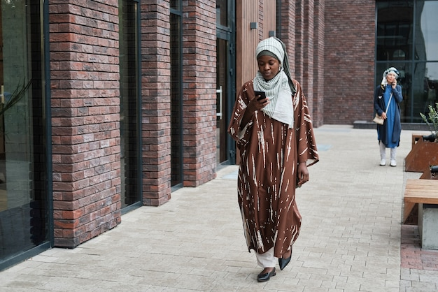 거리를 따라 걷는 여자