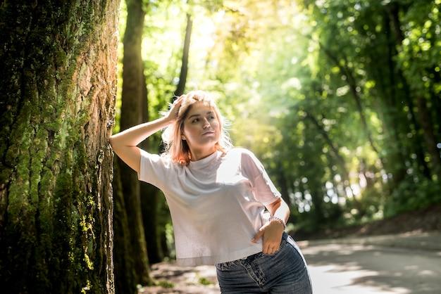 Женщина гуляет в лесу и дышит свежим воздухом, наслаждаясь свободным временем летом