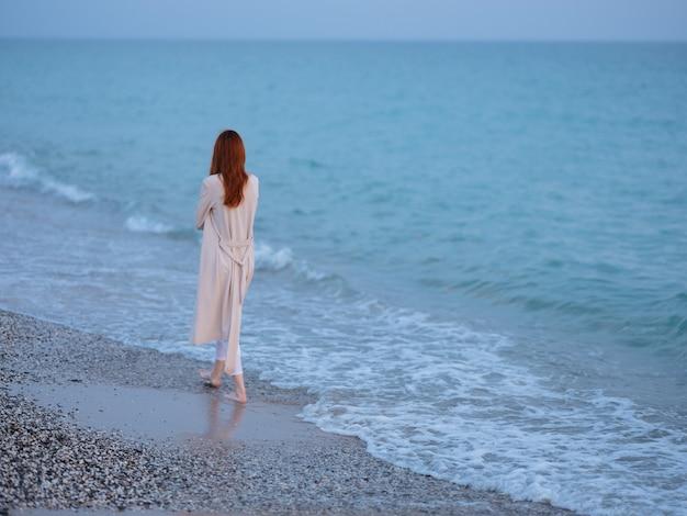 海のそばを歩く女性は自由ロマンスを休ませます。高品質の写真