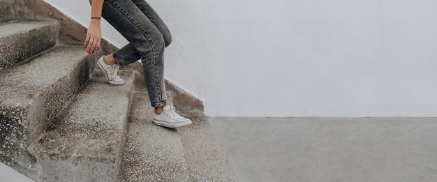 계단을 걸어가는 여자