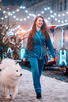 흰 강아지와 함께 걷는 여자
