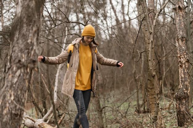 Donna che cammina nella foresta