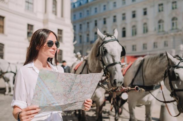 Женщина гуляя в город. молодой привлекательный турист на открытом воздухе в итальянском городе