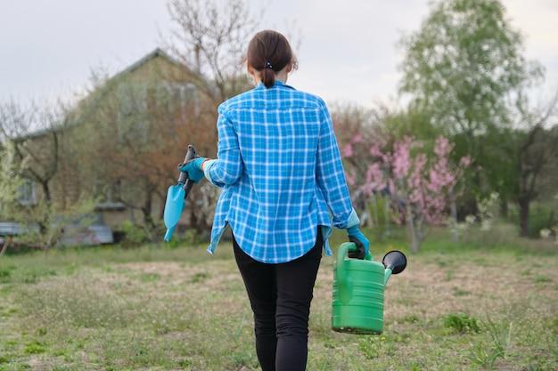 Женщина гуляет в саду в весенний сезон