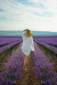 Женщина гуляя в поле лаванды