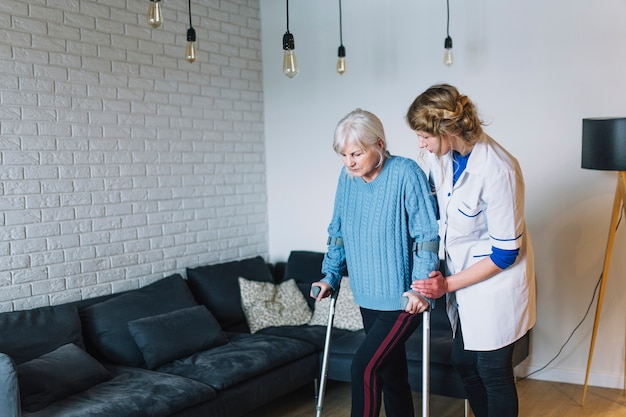 退職の家で歩いている女性