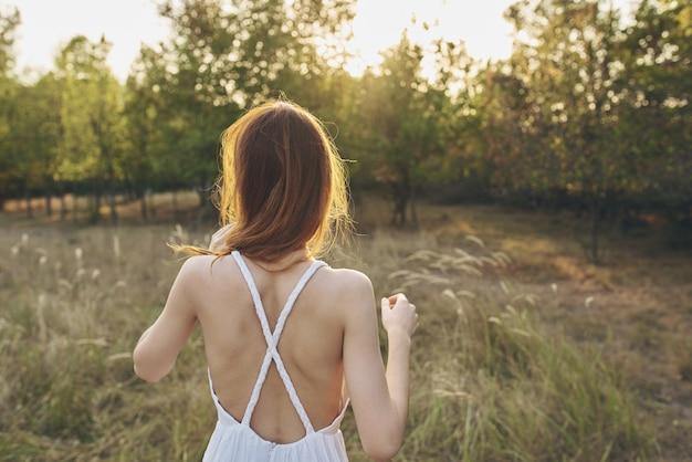 야외 신선한 공기 레저 필드에서 산책 하는 여자