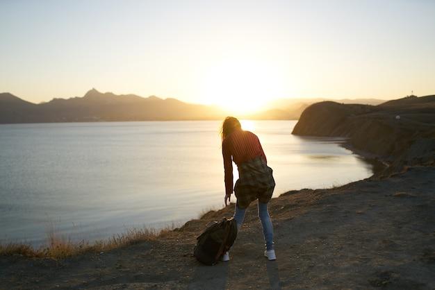 자연 산 여행 풍경을 걷는 여자