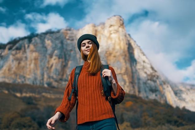 Женщина гуляет природа скалистые горы путешествия облака образ жизни