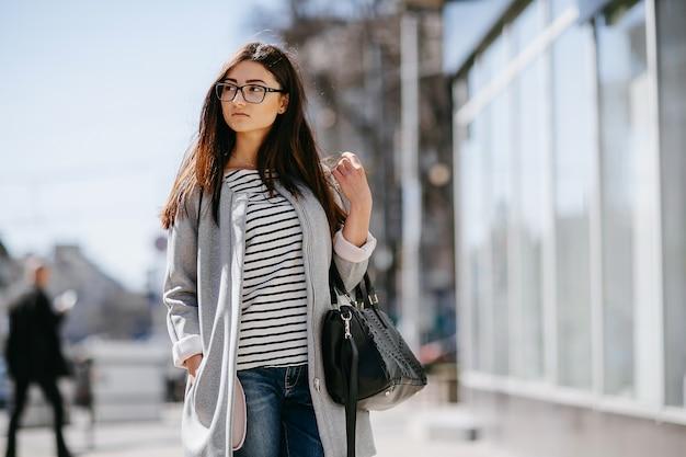 쇼케이스 근처 산책하는 여자